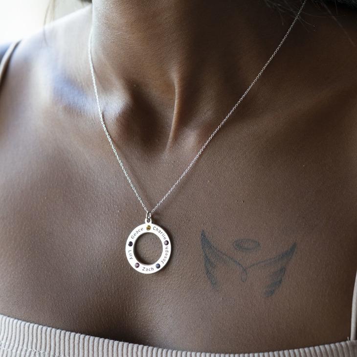 Collar Familiar con Piedra de Nacimiento - Model
