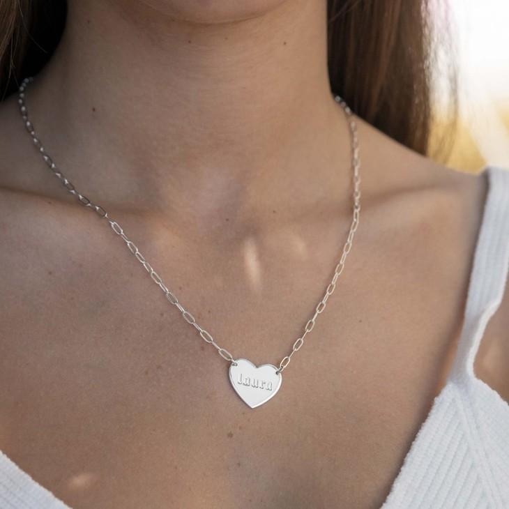 Collar de Cadena de Eslabones con Corazón Grabado - Model